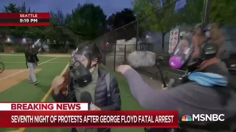 Журналисты MSNBC попали в эпицентр протестов в Сиэтле Протестующие используют фейерверки полиция слезоточивый газ и нелеталь